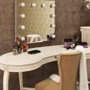 De spiegel is eenvoudig met de bijgeleverde ophangmaterialen aan de wand te bevestigen