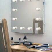 Deze visagie spiegel is 60 cm breed en 60 cm hoog