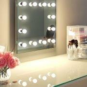 Deze visagie spiegel is eenvoudig aan de wand te monteren met de bijgeleverde ophang materialen