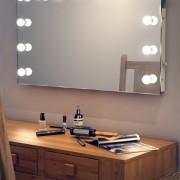 Deze visagiespiegel of theater spiegel is 100 cm breed en 60 cm hoog. Eenvoudig op te hangen aan de wand!