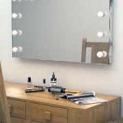 De dimbare lampen liggen deels verzonken in de spiegel, erg fraai!