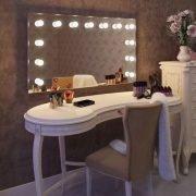 Deze make-up spiegel met lampen is gebouwd op een luxe en mooi afgewerkt aluminium frame