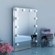 De 12 dimbare lampen liggen deels verzonken in de spiegel, erg fraai!