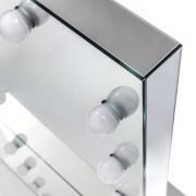 De visagie spiegel is rondom afgewerkt met spiegels. Dit zorgt voor een stijlvolle, luxe uitstraling!