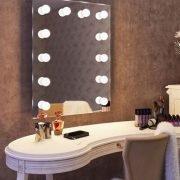 Deze 60 cm brede en 80 cm hoge visagie spiegel is voorzien van 12 dimbare lampen, handig!