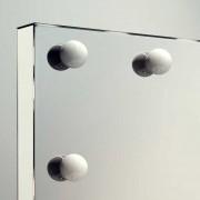 Zowel de voet als de zijkanten en bovenkant van de spiegel zijn afgewerkt met een glanzende finish, erg fraai!