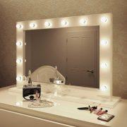 Deze visagie spiegel is 100 cm breed en 70 cm hoog en voorzien van 12 dimbare lampen