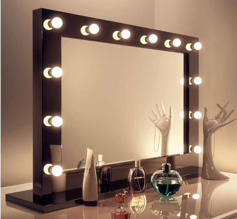 Deze stijlvolle visagie spiegel is 100 cm breed en 60 cm hoog (inc kader) en kan zowel aan de wand worden gehangen als op de meegeleverde voet worden geplaatst