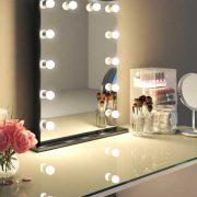 Deze spiegel is voorzien van 12 dimbare lampen