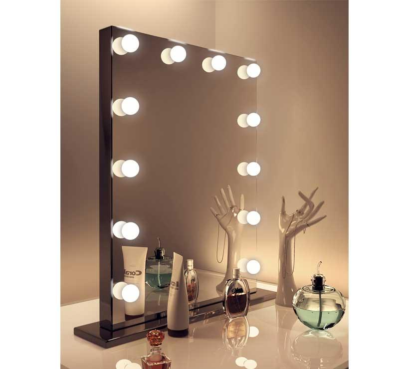 Deze make-up spiegel kan zowel aan de wand als op de meegeleverde zwarte voet worden gemonteerd