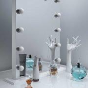 De 12 dimbaere lampen vallen deels weg in de spiegel, erg fraai!