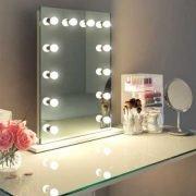 Deze visagie spiegel is 60 cm breed en 80 cm hoog