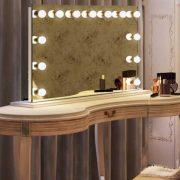 Brede make-up spiegel met degelijke witte voet
