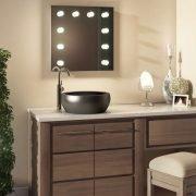 Deze visagie spiegel is met het oog op het vocht geschikt gemaakt voor gebruik in de badkamer