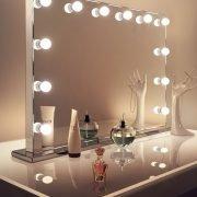De 12 lampen liggen deels verzonken in de spiegel. Dit oogt erg strak en stijlvol!