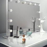 Deze luxe visagie spiegel is 100 cm breed en 70 cm hoog