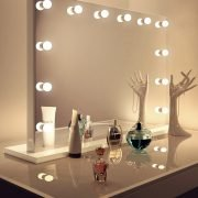 Deze visagie spiegel is 100 cm breed en 70 cm hoog. De afmeting van de voet is 110×26 cm
