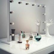 De dimbare lampen liggen fraai verzonken in de spiegel