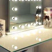 Deze fraaie Hollywood make-up spiegel is 80 cm breed en 60 cm hoog