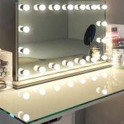 Deze make-up spiegel op voet is 100 cm breed en 60 cm hoog