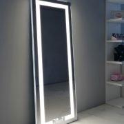 Deze passpiegel is 160 cm hoog en 60 cm breed. De spiegel kan schuin tegen de wand worden geplaatst of aan de wand worden opgehangen.