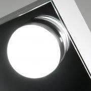 De dimbare lamp licht fraai verzonken in de spiegel